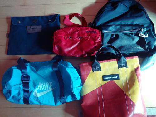 하의 소소한 가방과 바지들