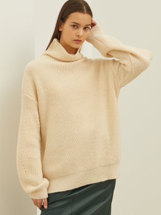 룩캐스트(lookast) IVORY SLEEVE POINT TURTLENECK KNIT SWEATER