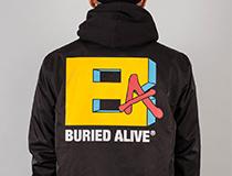 특유의 그래픽이 담긴 베리드얼라이브(Buied Alive)의 코치 재킷